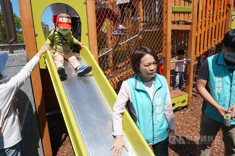 民進黨台北市議員簡舒培(中)20日與里長前往大安森林公園兒童遊戲場內會勘,指出很多民眾會帶小朋友到遊戲場遊憩,但溜滑梯材質易反光,夏天時溫度過高,可能會讓小朋友受傷,建議設遮陽設施。中央社記者劉建邦攝  110年4月20日