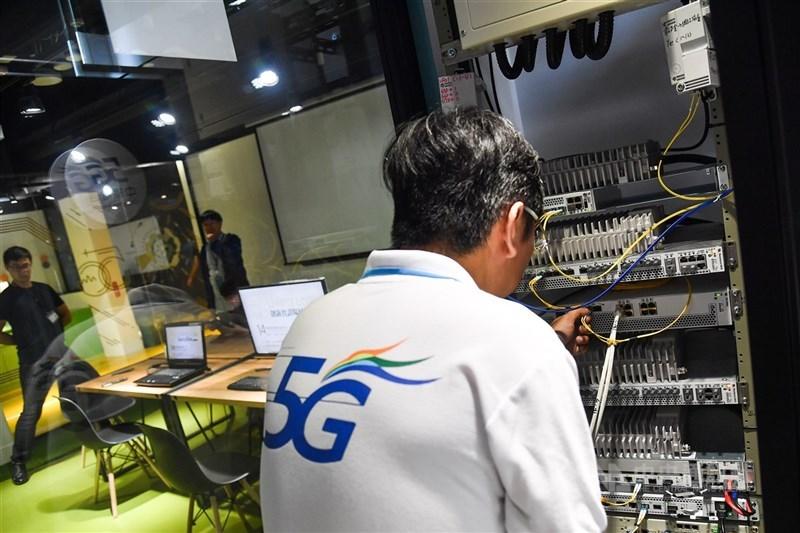 中華電信積極建設5G加量、加速,目標年底逾萬座5G基地台。圖為中華電信與經濟部工業局攜手打造5G數位科技實證場域與應用展示平台。(中央社檔案照片)