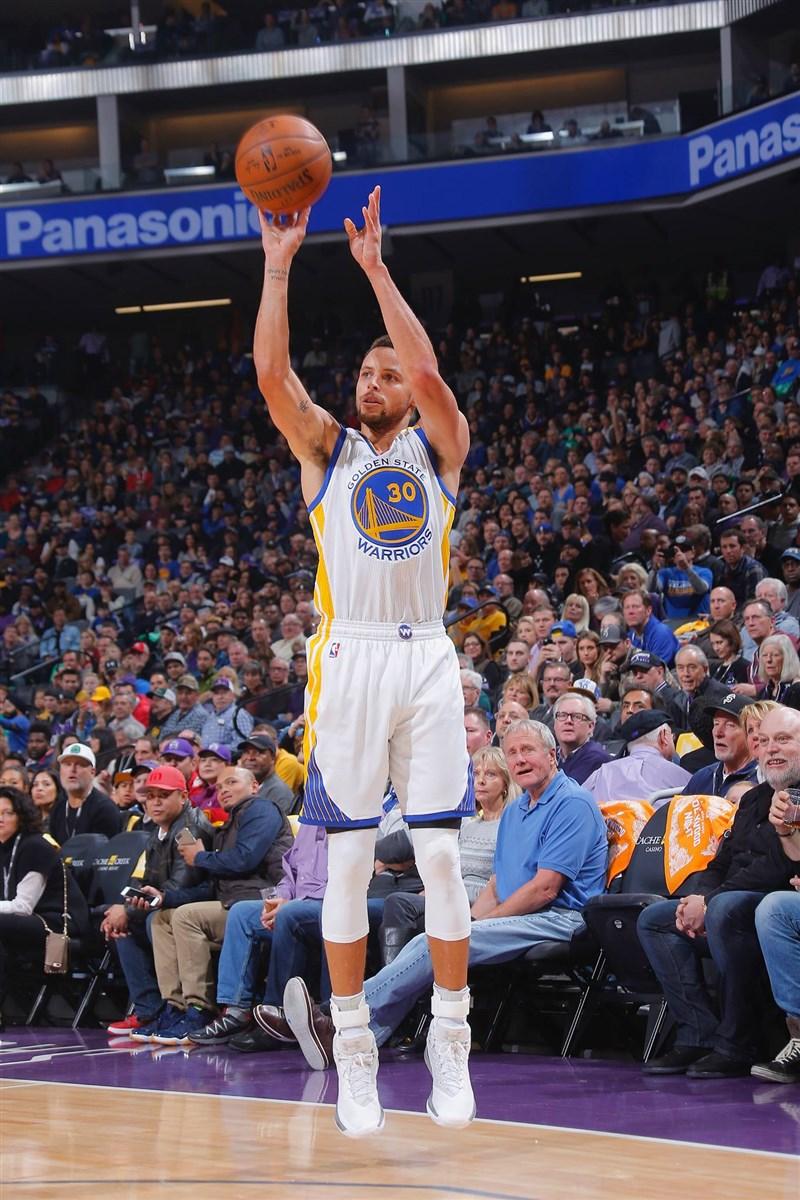 美國職籃NBA金州勇士球星柯瑞19日延續火燙手感,命中10記三分球,狂轟49分,以33歲之齡締造連續11場得30分以上。(圖取自facebook.com/StephenCurryOfficial)