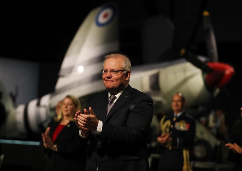 澳洲總理莫里森(前)指出,澳洲之所以成功控制疫情,關鍵在於及時對中國封鎖邊境。(圖取自facebook.com/scottmorrison4cook)