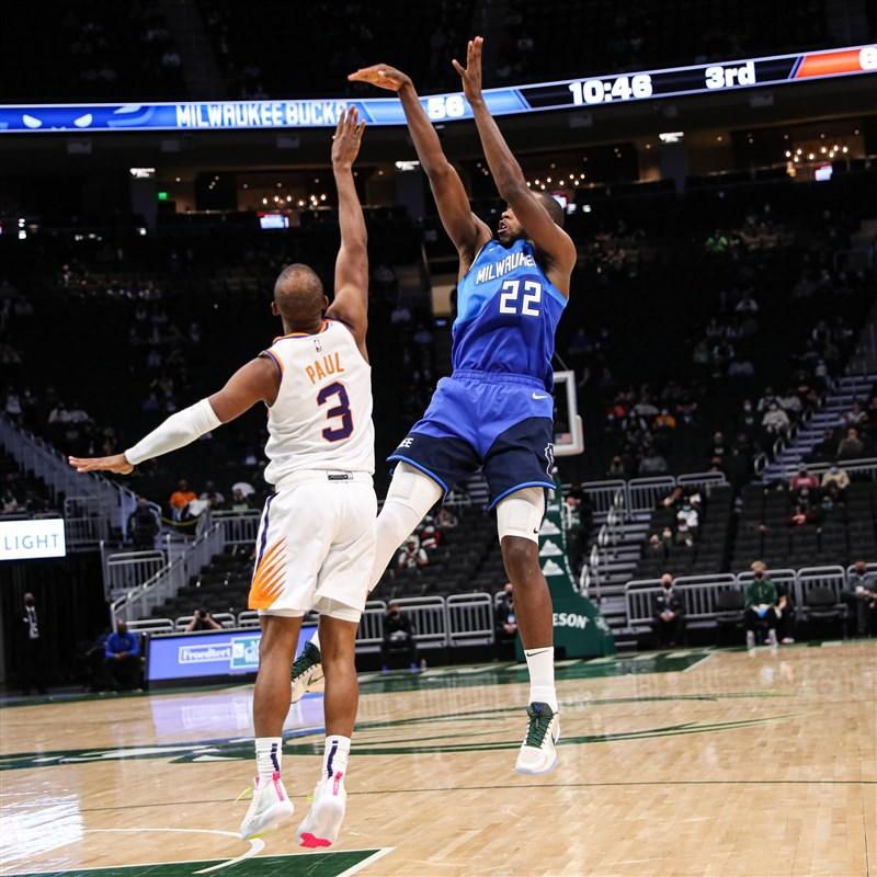 美國職籃NBA鳳凰城太陽19日對上密爾瓦基公鹿,一度打進延長賽,最後作客的太陽終場128比127險勝。(圖取自twitter.com/Bucks)