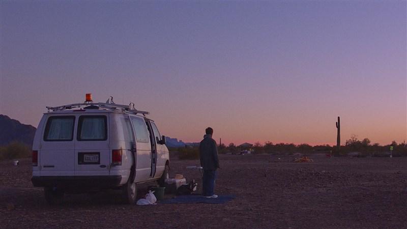 公路電影「游牧人生」呼應美國疫情下的大環境與人際關係,為導演趙婷搶下金球、美國導演工會、製片工會及英國奧斯卡大獎,成為奧斯卡奪金大熱門。(圖取自facebook.com/NomadlandFilm)