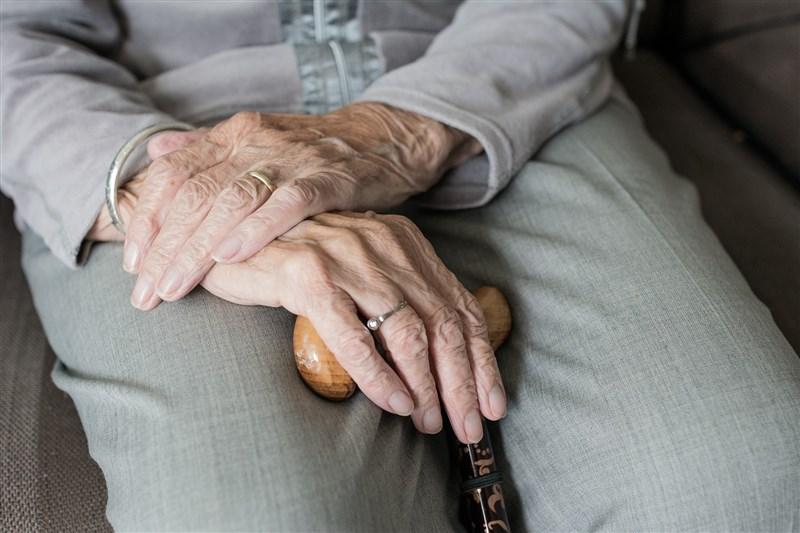 香港一名90歲婆婆去年遇到「公安」電話詐騙,損失港幣2.5億元(約新台幣9億元),是歷來類似詐騙案的最高金額。(示意圖/圖取自Pixabay圖庫)