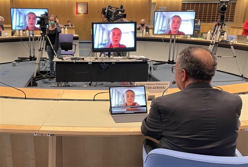 瑞典環保少女童貝里(螢幕中)19日在世界衛生組織記者會中宣布將捐贈10萬歐元,支持疫苗全球取得機制(COVAX)運作。圖右下為世衛秘書長譚德塞(Tedros Adhanom Ghebreyesus)。(圖取自twitter.com/DrTedros)