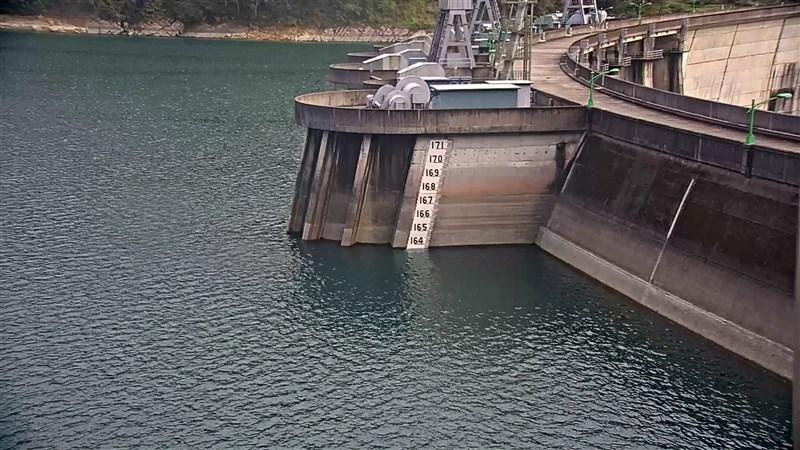 台灣大學教授駱尚廉20日表示,主要供水給大台北的翡翠水庫積極加強水土保育、建置水質監測網、排沙減淤,以延長水庫壽命。圖為2月24日翡翠水庫水位。(台北翡翠水庫管理局提供)