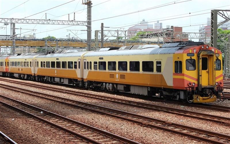 20日早上台鐵109次EMU300型列車因機械故障導致延誤,台鐵局表示,EMU300為老舊車輛,將優先汰換。圖為EMU300同型車。(圖取自維基共享資源;作者Rsa,CC BY-SA 3.0)