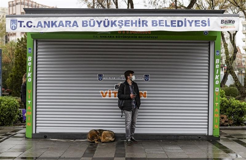 土耳其7日起確診病例數仍連日飆破5萬例,政府只好於13日齋戒月首日宣布局部封鎖兩週。圖為安卡拉街頭因週末實施宵禁而顯得空蕩。(安納杜魯新聞社)