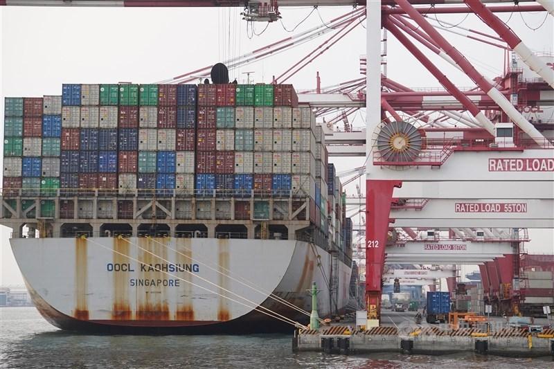 經濟部20日公布3月外銷訂單統計為536.6億美元,年增33.3%,連續13個月寫下正成長紀錄。圖為高雄港。(中央社檔案照片)