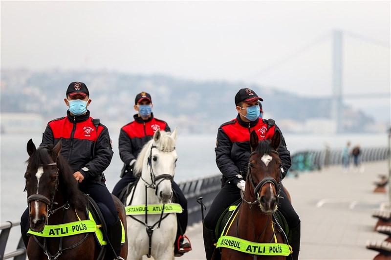 土耳其2019冠狀病毒疾病第3波疫情迅猛爆發且難以遏制,圖為18日警方在實施宵禁的伊斯坦堡海岸巡視。(安納杜魯新聞社)