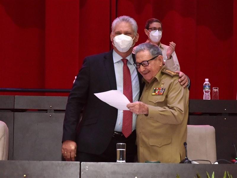 古巴總統狄亞士-卡奈(前左)19日取代89歲的勞爾‧卡斯楚(前右)成為共產黨領導人,意味卡斯楚兄弟60年來的統治結束。(圖取自古巴總統府網頁presidencia.gob.cu)