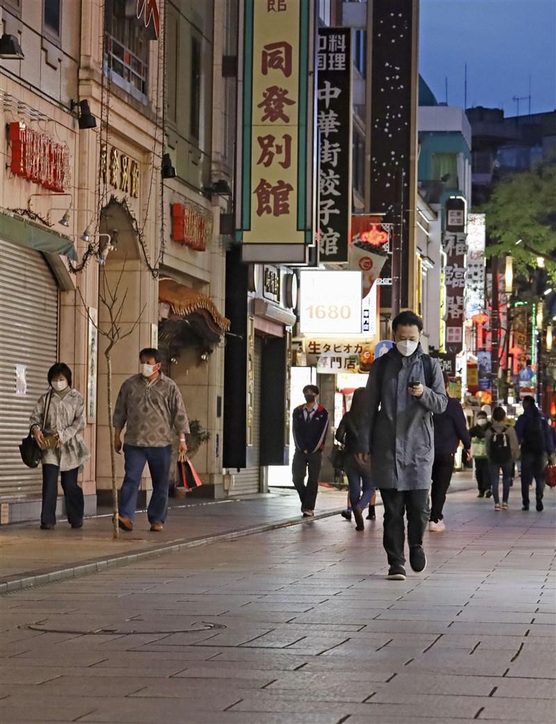 日本的「防止蔓延等重點措施」20日起擴大到神奈川縣、埼玉縣、千葉縣與愛知縣等4縣。圖為神奈川縣橫濱市15日的人潮。(共同社)