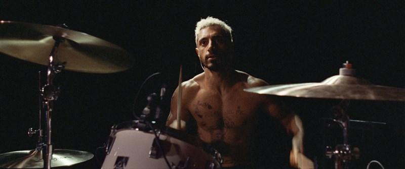 巴基斯坦裔英籍男星里茲阿邁德在「靜寂的鼓手」飾演因失聰心有千千結的音樂人魯本,表現絲絲入扣獲得最佳男主角提名。(圖取自facebook.com/soundofmetaluk)