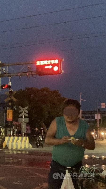 雲林縣斗六國中旁平交道19日晚間電子看板顯示「列車接近中,注意兩方來車」,但柵欄卻未放下,許多人不敢通行,原來是在測試電子看板。(王又民提供)中央社記者蔡智明傳真 110年4月20日