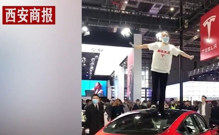 中國一名特斯拉女車主(圖)19日到上海車展特斯拉展場鬧場,被警方拘留5日。官媒新華社今天卻發文反批特斯拉高管事後回應「傲慢」,強調如果車企「店大欺客」,應加強監管。(取自西安商報微博網頁weibo.com)