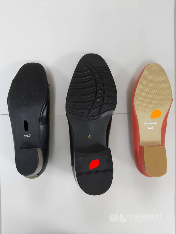 行政院消保處依據CNS標準檢測16件市售皮鞋,結果多達10件、6成3未達防滑基準,但因僅供業界參考,不能說不合格;消保處將與產業界溝通,了解各種鞋類的特性,朝訂定防滑國家標準推進。(行政院消保處提供)中央社記者楊淑閔傳真  110年4月20日