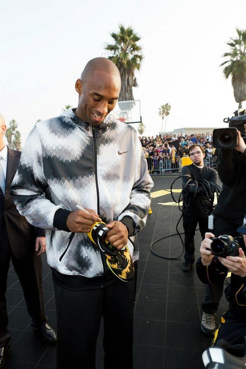 已故湖人球星布萊恩(前)與NIKE的5年合約今年4月13日到期,他的遺孀凡妮莎20日表示,沒有與廠商完成續約,Kobe鞋將成絕響。圖為布萊恩替球迷在NIKE鞋上簽名。(圖取自facebook.com/Kobe)