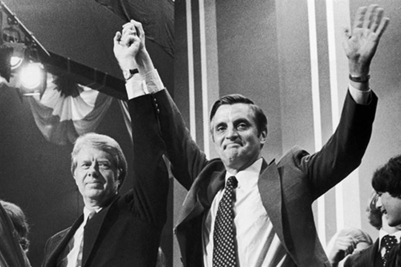 曾任美國總統卡特(左)副手的孟代爾(右)19日辭世,享耆壽93歲。圖為1984年孟代爾在民主黨初選擊敗卡特,獲得民主黨提名參選總統。(圖取自維基共享資源,版權屬公有領域)