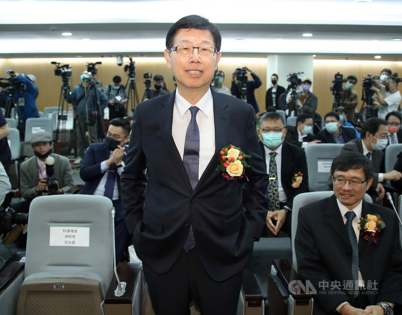 鴻海董事長劉揚偉(前)20日表示,現在缺料狀況越來越普遍,產業對於缺料情況下重複下單(overbooking)狀況相當擔心,他重申要到2022年第2季缺料狀況才會緩解。中央社  110年4月20日
