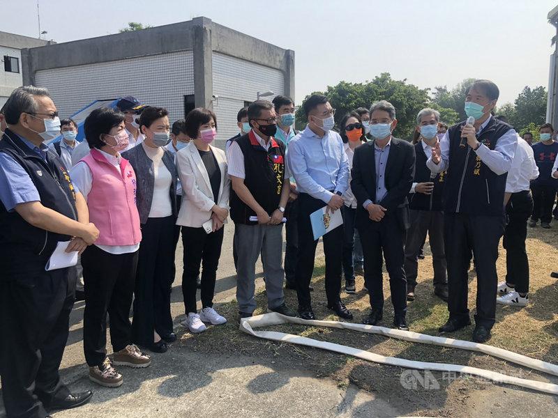 經濟部長王美花(前左3)和立法院經濟委員會21日到台中市福田水資源回收中心,視察再生水使用情形。中央社記者趙麗妍攝  110年4月21日