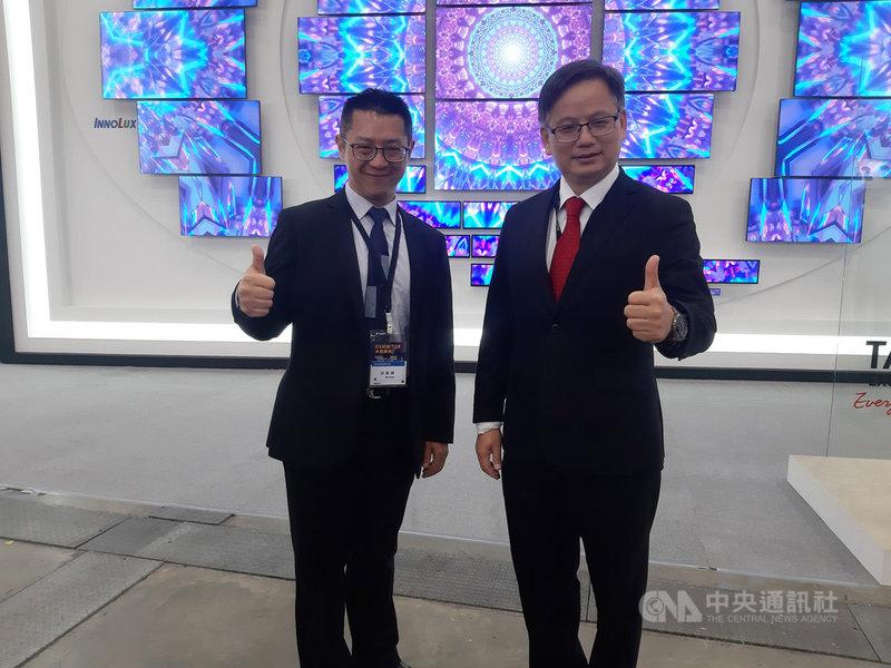 面板廠群創總經理楊柱祥(右)21日在Touch Taiwan智慧顯示展表示,因疫情狀況下產生的宅經濟,帶動剛性需求,超過原來業界可供應範圍,讓整體產業鏈都有錢賺。董事長洪進揚(左)指出,景氣樂觀與上游零組件缺料交互影響,尤其IC缺料最嚴重。中央社記者潘智義攝 110年4月21日