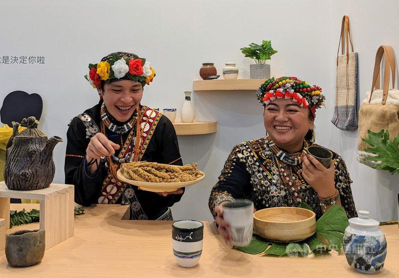 原住民族委員會今年擴大規模,結合8個營運團隊參加「2021台灣文博會」,以原住民通路品牌「阿優依Ayoi 」呈現約50家原民業者特色商品。中央社實習記者李文馨攝 110年4月21日
