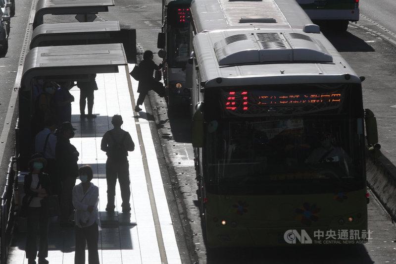 交通部21日預告修正「道路交通安全規則」第78條草案,公車駕駛人應有注意開啟車門時是否會造成乘客受傷的義務,若公車駕駛人違反該規定導致乘客受傷,可依法處記違規點數3點,或吊扣駕駛執照3個月到6個月。中央社記者吳家昇攝 110年4月21日