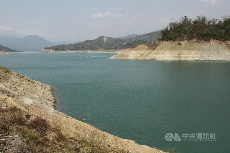 曾文水庫21日的蓄水量為水庫營運48年來歷年同期的「第11枯」,原本在水面下的湖岸岩石面隨著水位下降顯露出來。中央社記者楊思瑞攝 110年4月21日
