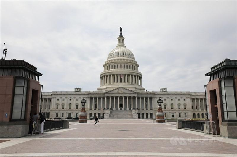 美國跨黨派參議員8日提出「戰略競爭法案」。參院外委會21日將審查法案,料將順利通過。圖為美國國會外觀。(中央社檔案照片)