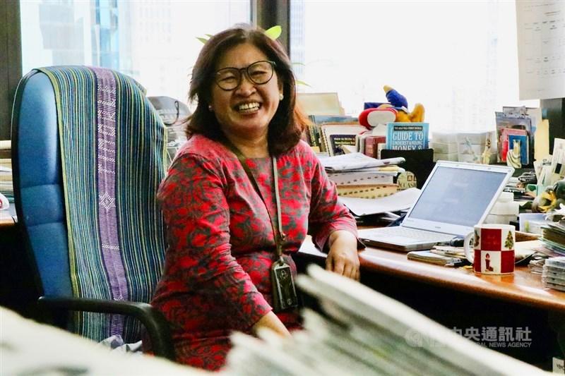 印尼21日紀念女性賦權運動先驅卡蒂尼,也是印尼的婦女節,日本共同社印尼分社的資深記者克莉絲汀與中央社分享33年在新聞前線的經驗。圖攝於4月16日。中央社記者石秀娟雅加達攝 110年4月21日
