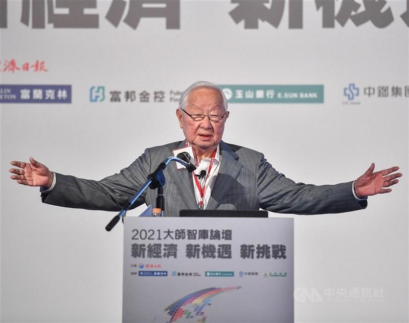 台積電創辦人張忠謀21日以「珍惜台灣半導體晶圓製造的優勢」為題演講。對於英特爾今年宣布跨足晶圓製造服務,他覺得相當諷刺。中央社記者鄭清元攝 110年4月21日