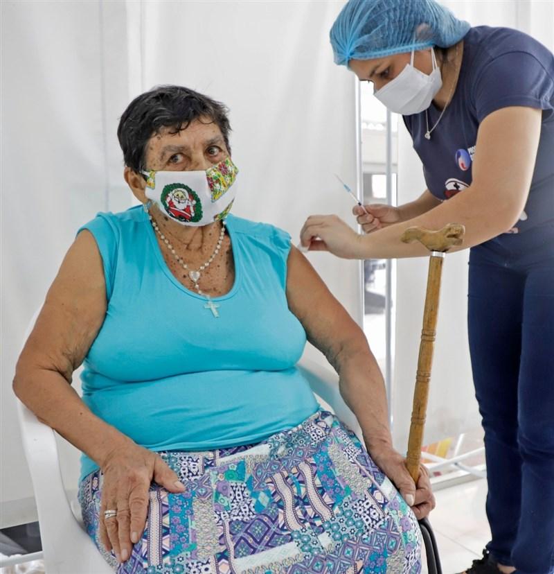 巴拉圭總統阿布鐸20日表示,將自印度採購200萬劑武漢肺炎疫苗,不接受中國用疫苗進行外交勒索。圖為巴拉圭民眾接種疫苗。(圖取自facebook.com/MaritoAbdo2018)