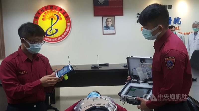 澎湖縣政府消防局與衛生福利部澎湖醫院21日舉辦「串起生命之鏈」記者會,消防救護人員現場示範操作線上即時傳輸12導程心電圖機,未來希望每一部救護車都可配置,以作為車上及時救援的設備。中央社 110年4月21日