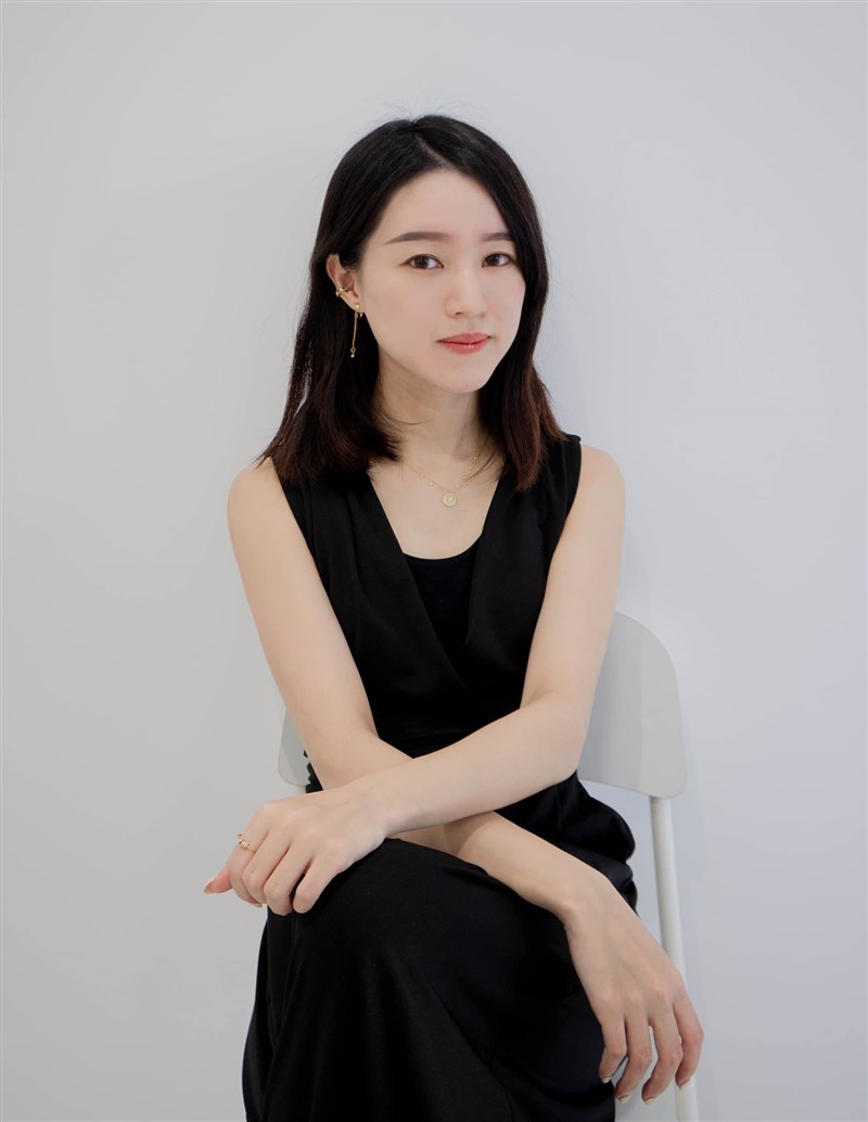 長期投入憂鬱症病痛書寫的作家蔡嘉佳入選「富比士」亞洲傑出青年名單,她希望這個榮譽能讓更多人願意理解憂鬱症。(圖取自facebook.com/arum.tsai)