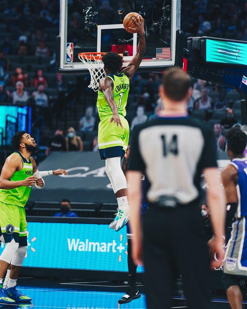 美國職籃NBA明尼蘇達灰狼20日在客場迎戰沙加緬度國王,去年選秀狀元愛德華茲(背號1號者)進帳28分。(圖取自twitter.com/Timberwolves)