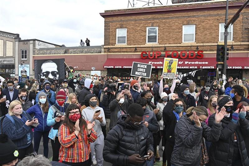 美國前警官蕭文以膝蓋壓住非裔男子佛洛伊德頸部致死。陪審團20日做出裁決,蕭文謀殺和過失殺人罪成立。圖為法庭外得知結果的民眾鼓掌歡呼。(共同社)