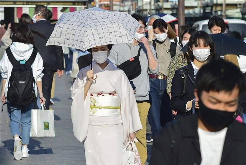 日本21日截至晚間6時止,單日已新增5283例2019冠狀病毒疾病確診病例,繼1月22日以來再度出現單日逾5000例。圖為21日京都民眾戴口罩。(共同社)