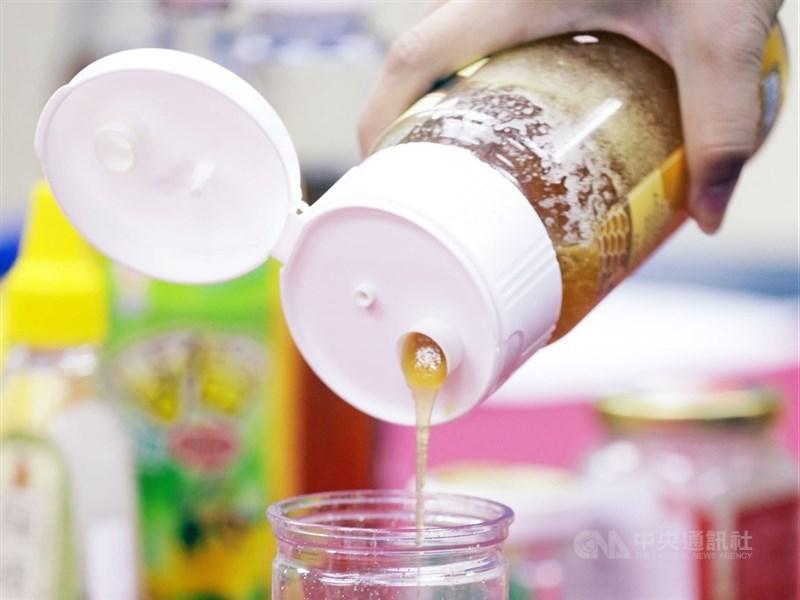 網路傳聞指出,純蜂蜜和茶葉一起喝恐造成血管栓塞。營養師莊世玟指出,這說法根本是無稽之談,高糖、高油食物吃太多才是危害心血管健康元凶。(中央社檔案照片)