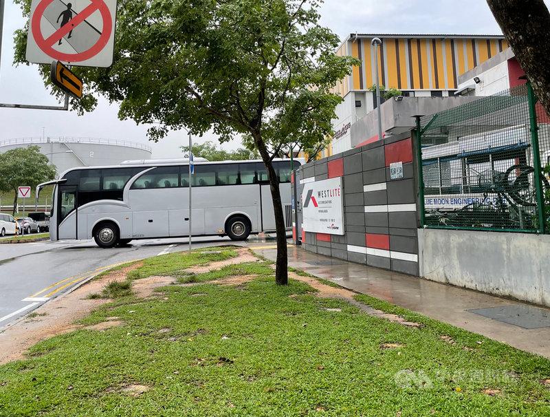 位於新加坡北部的兀蘭Westlite移工宿舍近來出現多名移工確診,圖為22日下午巴士進入該宿舍。中央社記者侯姿瑩新加坡攝 110年4月22日