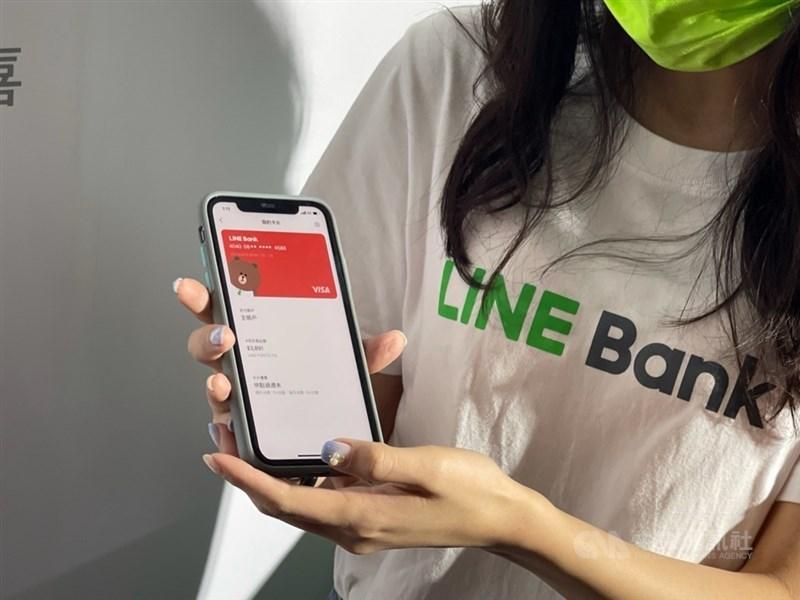 純網路銀行LINE Bank 22日宣布開行,透過LINE好友、QR code條碼可以一指輕鬆轉帳。中央社記者吳家豪攝 110年4月22日