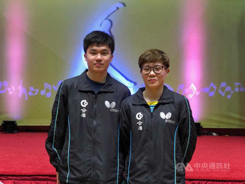 台灣桌球一哥林昀儒(左)與一姐鄭怡靜(右)組成「黃金混雙」,排名世界第一,林昀儒22日表示,為了防止近視才打桌球,遭戴眼鏡鄭怡靜吐槽是行銷手法。中央社記者黃巧雯攝 110年4月22日