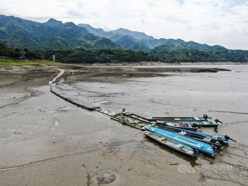 水情吃緊,讓位於石門水庫庫區的薑母島水陸聯外交通受阻。中央社記者王騰毅攝 110年4月17日