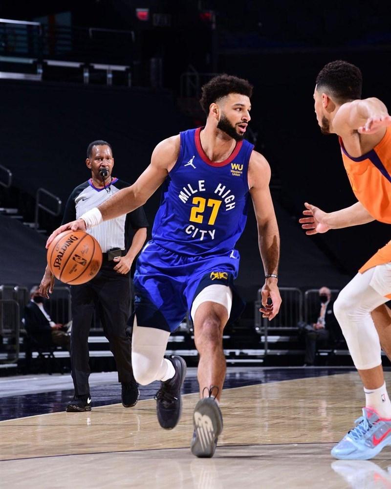 美國職籃NBA丹佛金塊21日宣布,陣中明星後衛莫瑞(前左)動刀治療左膝前十字韌帶撕裂,目前歸期不明。(圖取自facebook.com/jmglitxh27)
