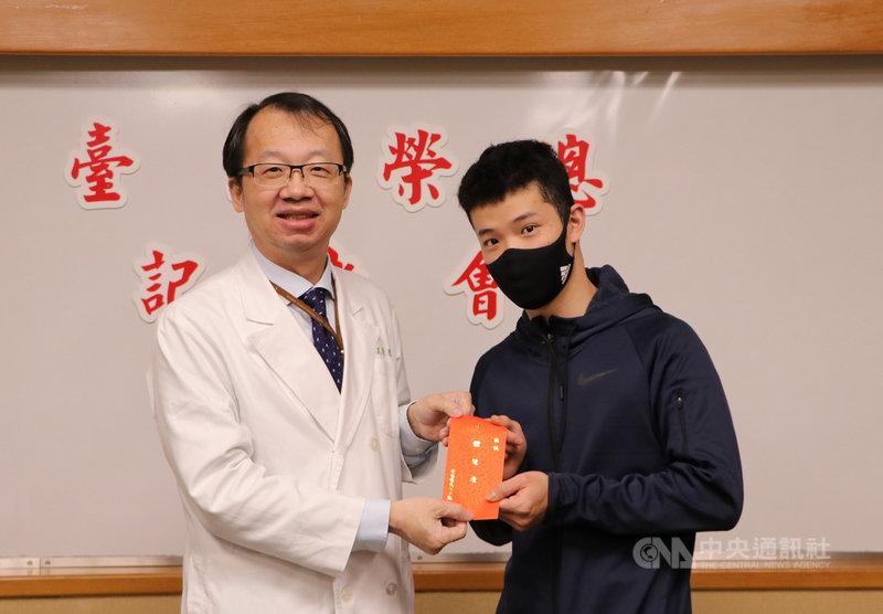 妥瑞症患者常飽受外界異樣眼光,台北榮民總醫院近年利用深層腦部電刺激手術治療2名妥瑞症患者,其中一名20歲黃先生(右)成功改善90%症狀,恢復正常工作,北榮22日也在記者會中公布最新臨床治療成果。(北榮提供)中央社記者張茗喧傳真  110年4月22日