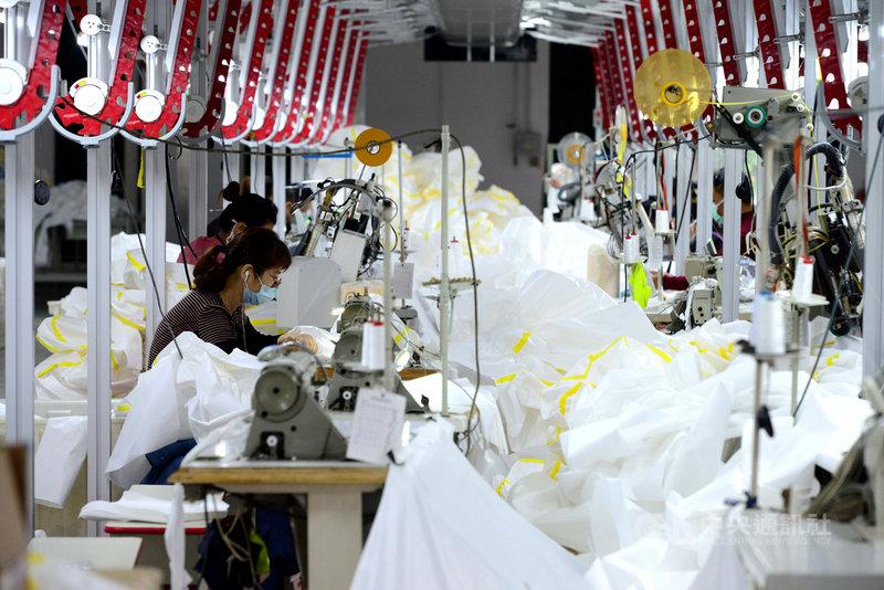 中國的製造業近年面臨招工難的狀況,疫情並加劇了勞動力從製造業轉移至時間更靈活的外送、快遞等行業。圖為福州一間工廠內部,工人正在工作的情形。(中新社提供) 中央社 110年4月22日