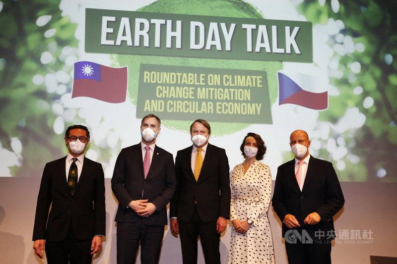 駐捷克代表柯良叡(左)、布拉格市長賀瑞普(左2)、布拉格市府永續經濟暨氣候委員會主席柏爾席克(中)等人21日與台灣專家討論循環經濟等議題。(駐捷克代表處提供)中央社記者林育立柏林傳真 110年4月22日