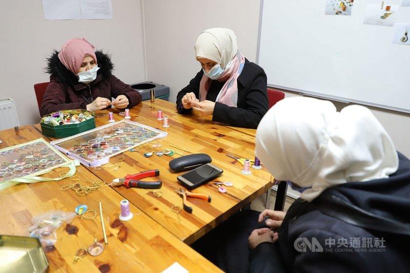 伊斯坦堡的敘利亞婦女社會企業「小雌駒商店」工作坊中,一群婦女3月31日正製作「只要耳環不要炸彈」系列耳飾。她們在手活中扛起家計,找回活著的氣味。中央社記者何宏儒伊斯坦堡攝 110年4月22日