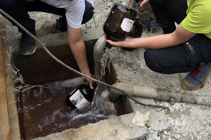 台南市工務局19日起針對台南市地下水位較高的行政區,篩選開發規模較大的建築工地,商請起造人及承造人留住開挖地下室時排至公共排水溝的地下水,並請自來水公司到場協助取樣檢測水質,希望能加以利用,至今已有13個工地共襄盛舉,工務局將安排時間前往抽檢。(台南市工務局提供)中央社記者楊思瑞台南傳真  110年4月22日