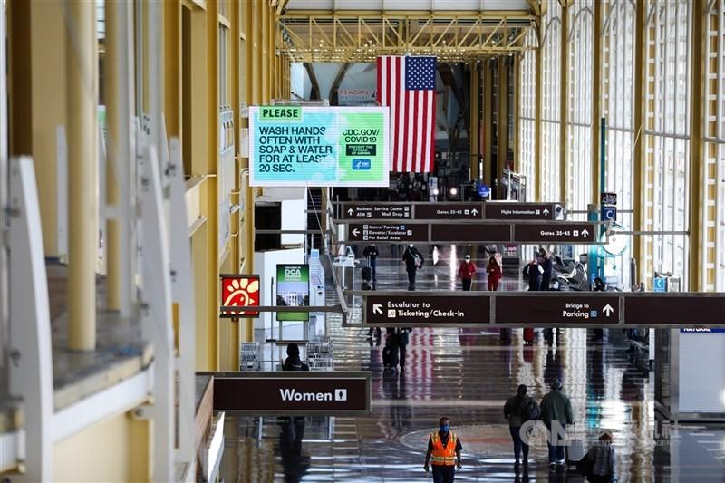 美國國務院本週將至少116個國家和地區的旅行警示升至最嚴重的第4級「請勿前往」,台灣則從原本的第1級升至第3級。圖為2020年11月美國雷根國家機場景象。(中央社檔案照片)
