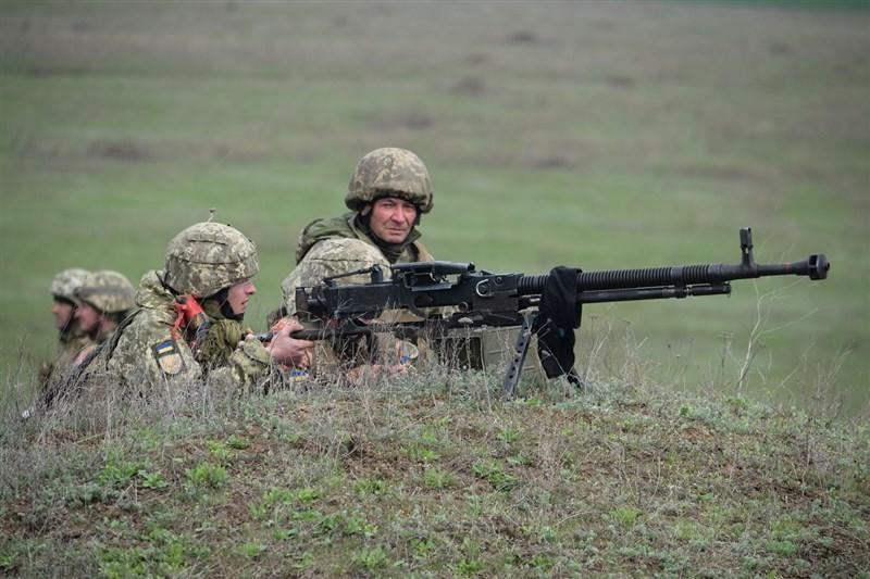 俄羅斯國防部長蕭依古說,他已成功完成視察南部和西部與烏克蘭邊界附近的部隊。當局下令,部隊23日起返回俄國基地。圖為烏克蘭士兵。(圖取自facebook.com/MinistryofDefence.UA)