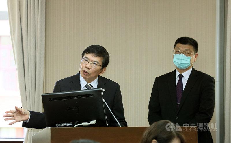 立法院交通委員會22日邀請交通部長王國材(左)、準台鐵局長杜微(右)列席備詢。中央社記者郭日曉攝  110年4月22日